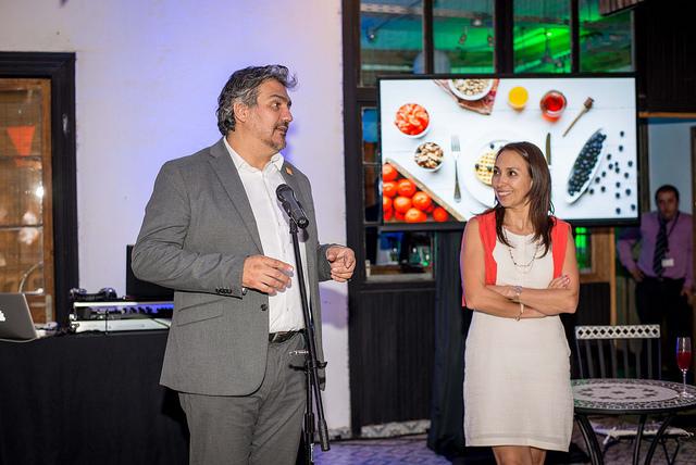 Alejandro Buvinic y Paulina Nazal dan el vamos a la competencia culinaria de periodistas chilenos y corresponsales extranjeros.
