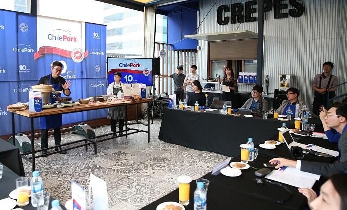 El Chef Tony Oh demostró la versatilidad y calidad de la carne de cerdo chilena, señalando que es muy similar a la carne porcina coreana y, por ello, muy valorada por los consumidores de ese país.