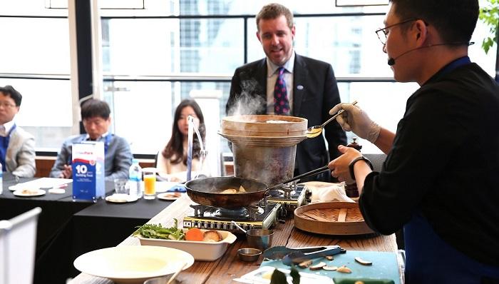Cooking Show: El conocido chef coreano Tony Oh deleitó a periodistas coreanos y exportadores ChilePork  con sus sabrosas preparaciones con carne de cerdo chilena.