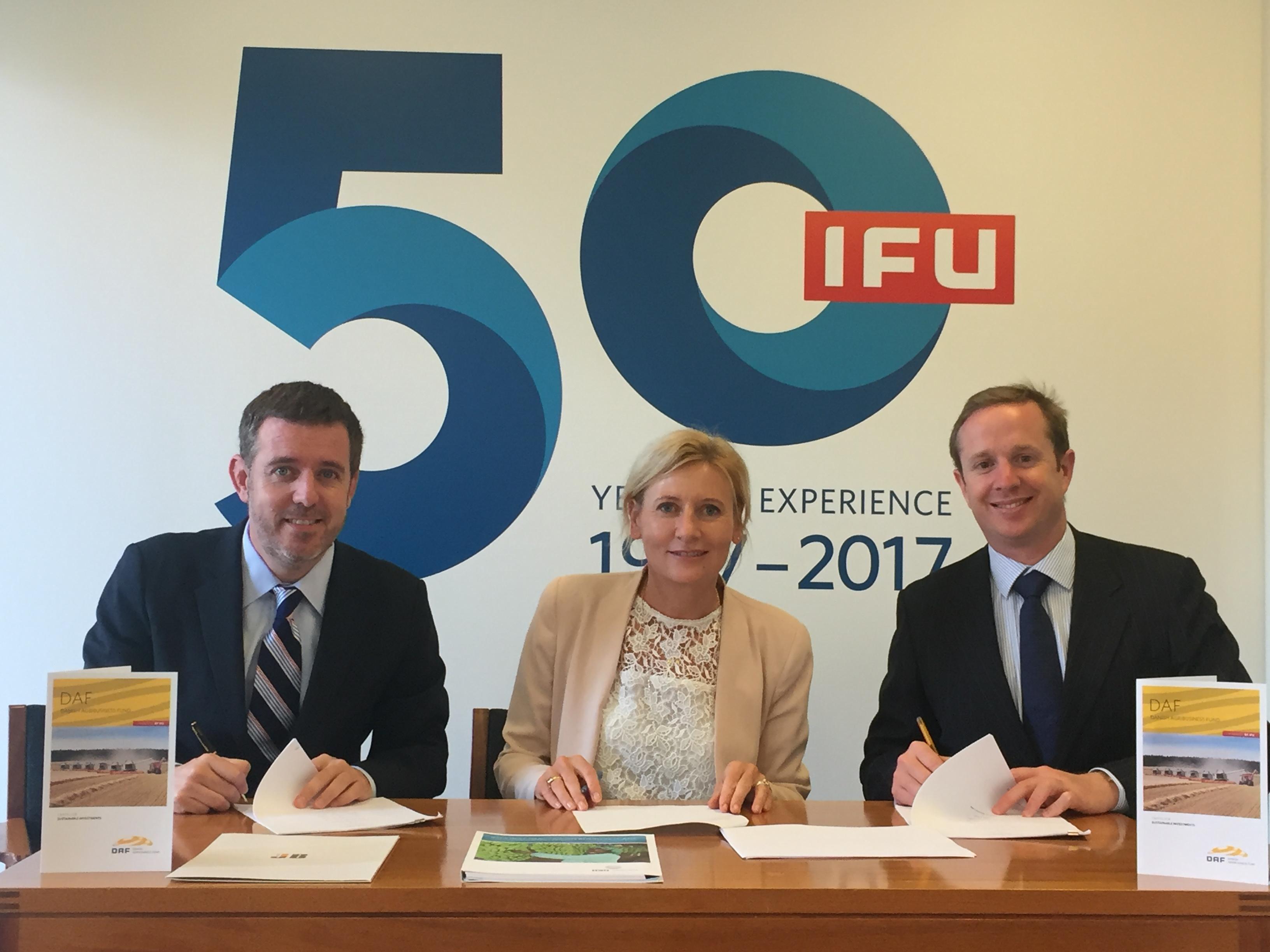 El Gerente General, Guillermo García y la Vicepresidenta de DAF para América Latina, Helle Bjerre suscriben el acuerdo en compañía del jefe de inversiones de JB Equity, Hamish Webb, durante la firma del acuerdo en Copenhague, Dinamarca.