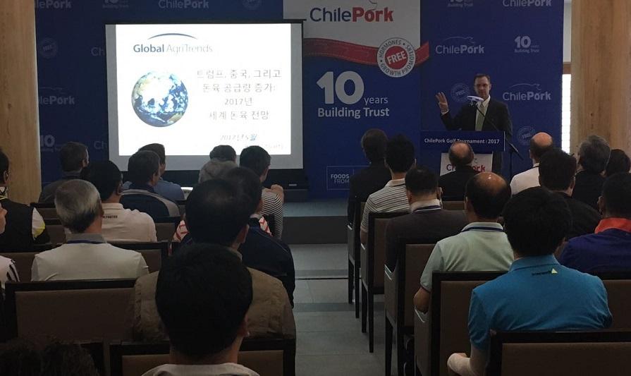 El conferencista internacional Brett Stuart, socio fundador de Global AgriTrends y consultor en distintas organizaciones, abordó el escenario económico y su impacto en el sector, considerando variables como el crecimiento de la demanda en China y el impacto del nuevo gobierno en EE.UU