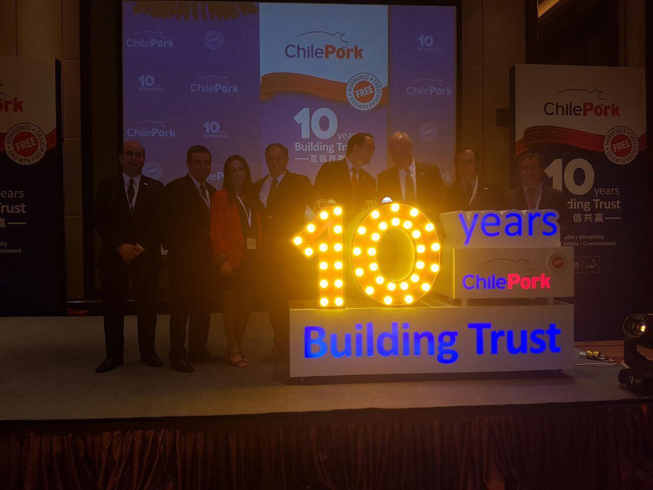 El team ChilePork junto al embajador en China, Jorge Heine, encendieron la figura que representó  la estrecha relación construida entre ChilePork y sus socios comerciales de Asia y, especialmente, de China.