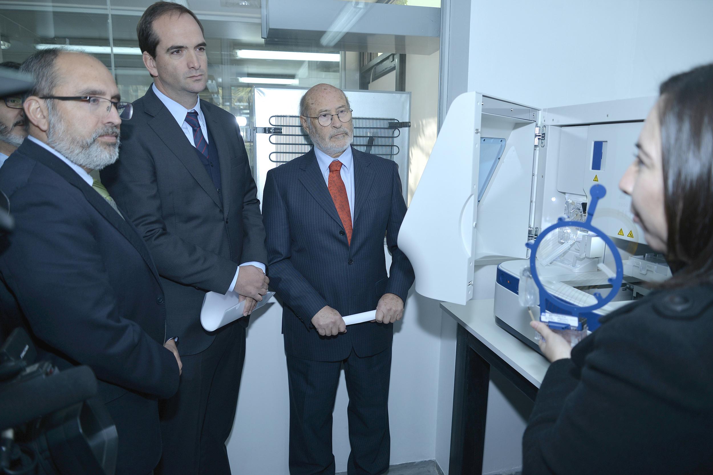 Jorge Enríquez, gerente general de Sopraval; Juan Carlos Domínguez, Presidente Ejecutivo de ExpoCarnes, y Ángel Sartori, Director Nacional del SAG, reciben información sobre el nuevo equipo de análisis molecular del SAG.