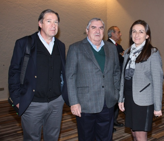 La Gerente de Marketing y Estudios de Asprocer, Soledad Valenzuela, junto a José Manuel Allende y Rafael Covarrubias