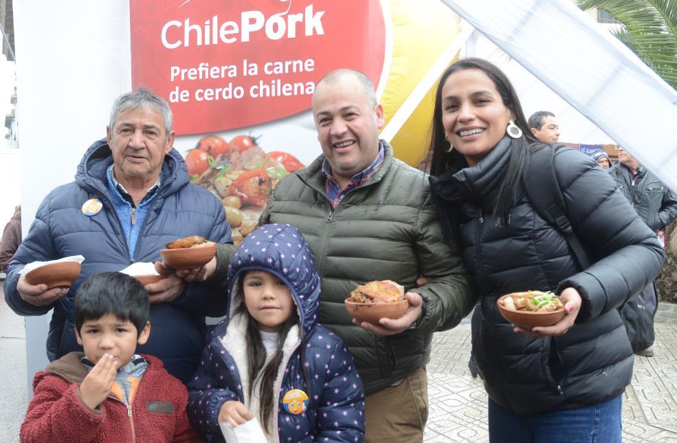 Miles de familias disfrutaron de los deliciosos platos preparados por chef nacionales y extranjeros, que demostraron las cualidades y versatilidad de la carne de cerdo.
