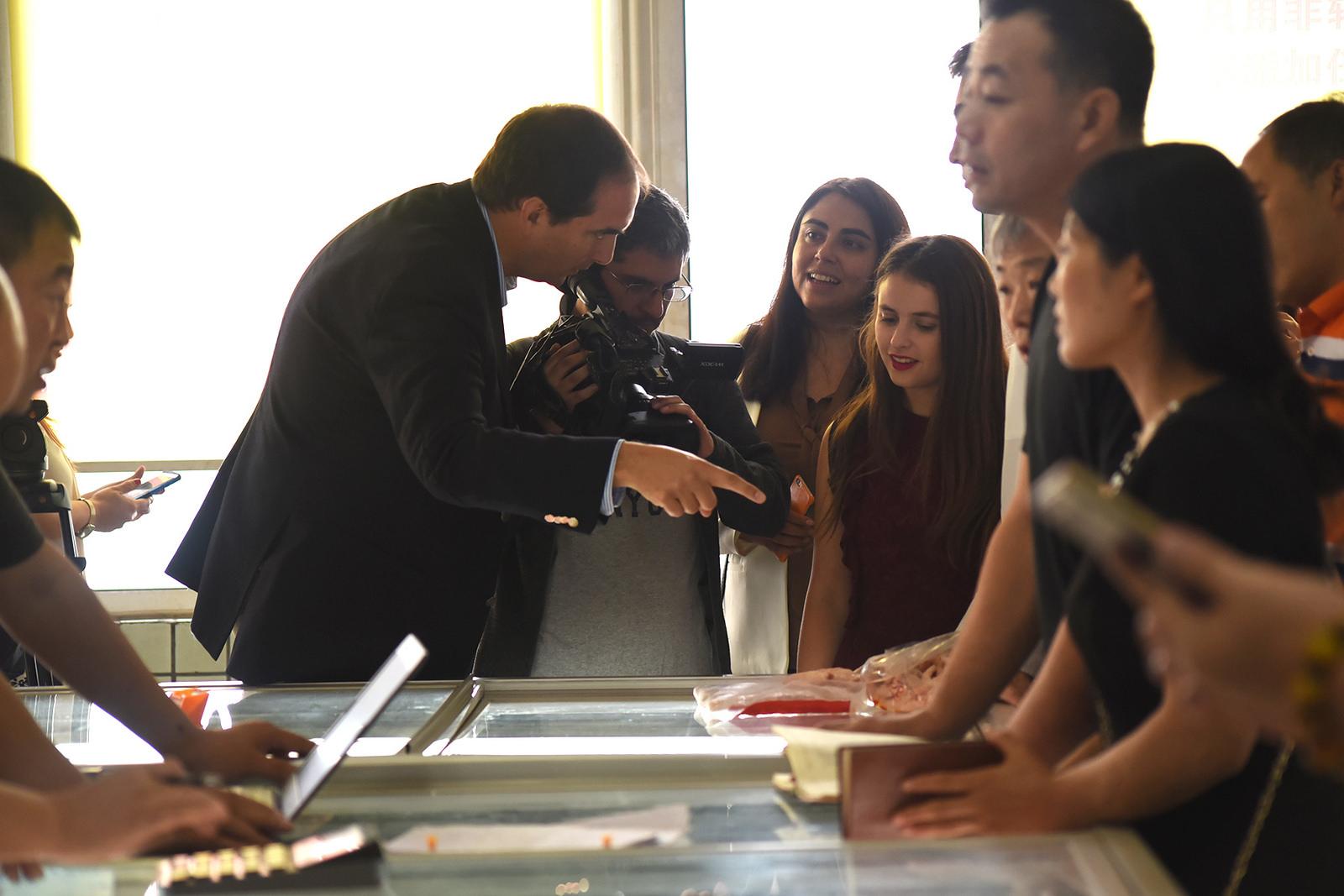 El Presidente de ChilePork, Juan Carlos Domínguez, explicando a los periodistas cómo se comercializa en China la carne de cerdo chilena, hoy una de las predilectas del consumidor de ese país.