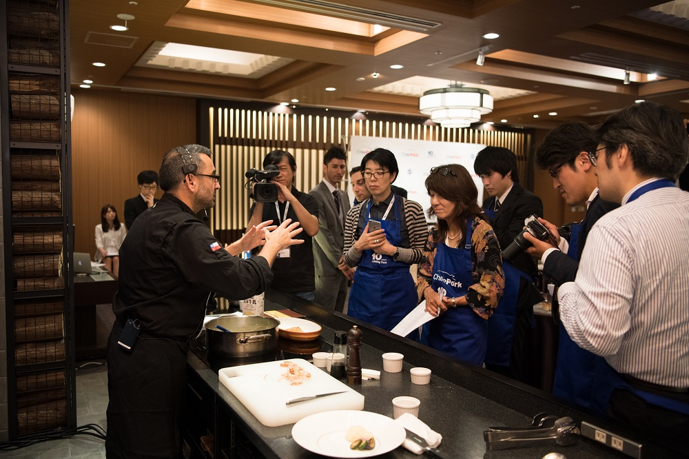 Teje Japanese journalists present highlighted the flavor, versatility, and texture of ChilePork's meat, qualities and properties which were well demonstrated in a delicious fusion with traditional ingredients of Japanese cuisine.